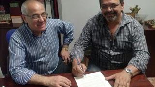 Firma del nuevo contrato en Los Panaderos