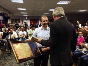 Rafael Vázquez hace entrega de las partituras a La Misión