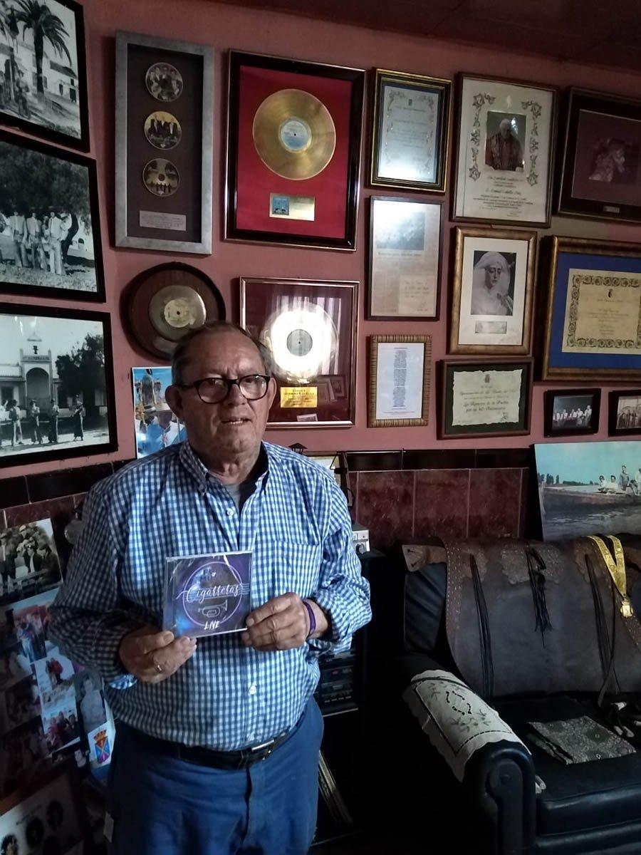 Manuel Cabello, de Los Romeros de la Puebla, con el disco #LlenaEresDeMúsica de Las Cigarreras