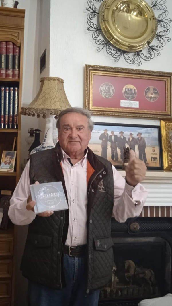Pepe Angulo, de Los Romeros de la Puebla, con el disco #LlenaEresDeMúsica de Las Cigarreras
